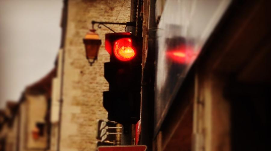 黄灯时前轮过线算闯红灯吗