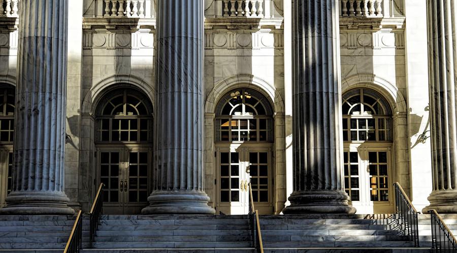 物业纠纷官司首次开庭会判决吗