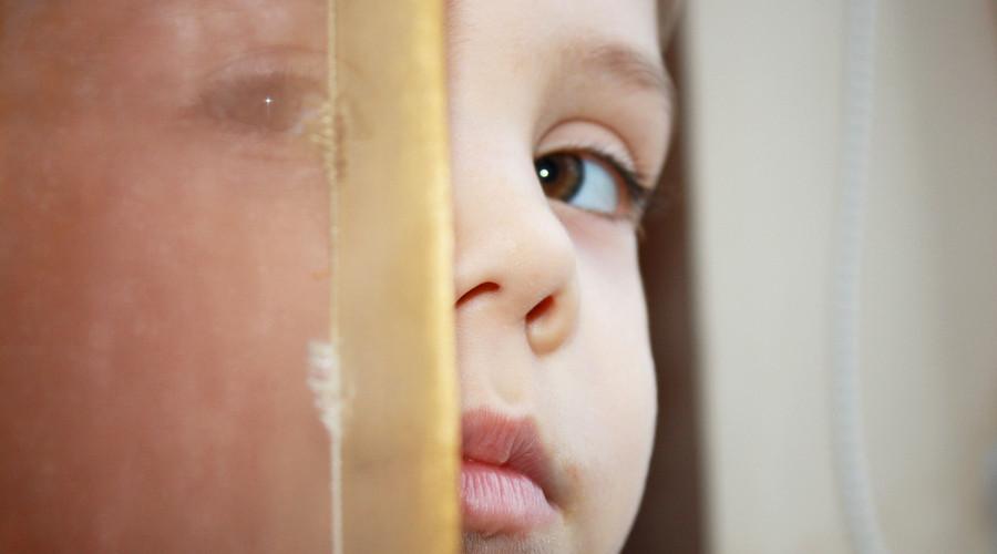 月嫂拍打抛扔出生6天婴儿,虐待婴儿如何处罚?