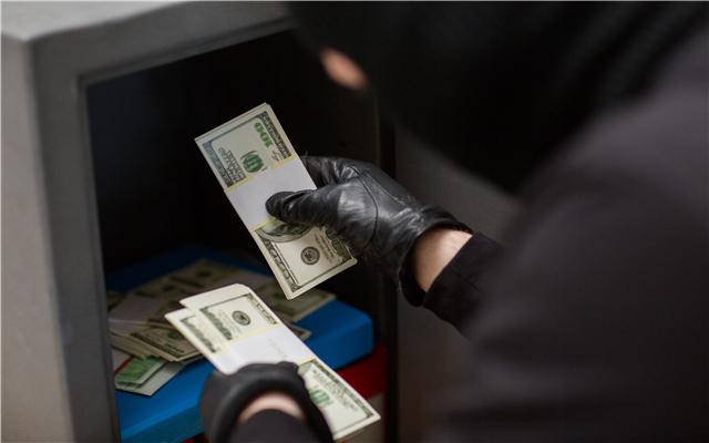 小偷尾随老人偷8000元退7500,偷盗多少钱可以判刑