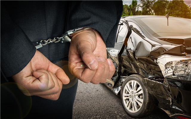 男子驾车在高速上逆行冲撞被刑拘,驾车冲撞警车涉及哪些罪名